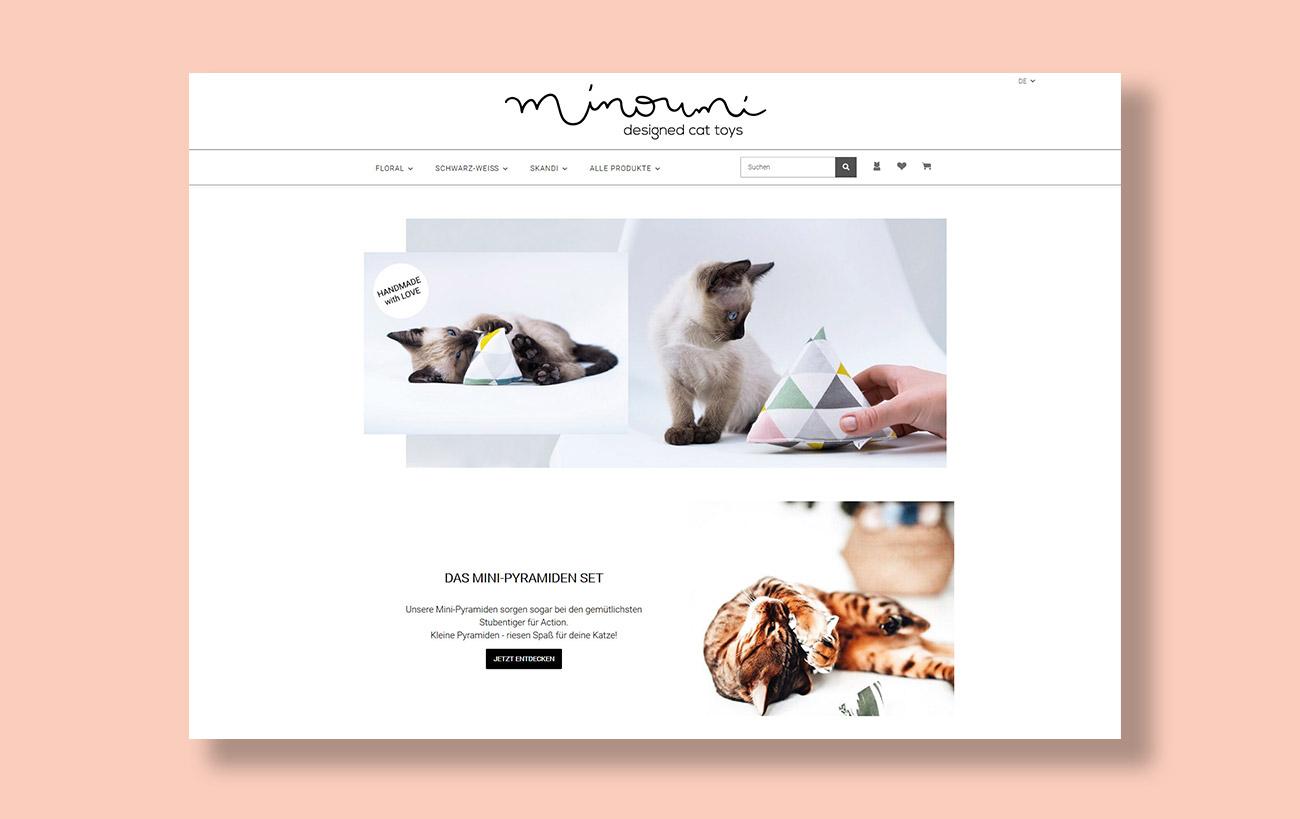 Beispiel für Webdesign und JTL-Shop 5 der Yip Yips Agentur Aachen, Webseite Minoumi - designed cat toys, Startseite mit Menü und Produktfotos
